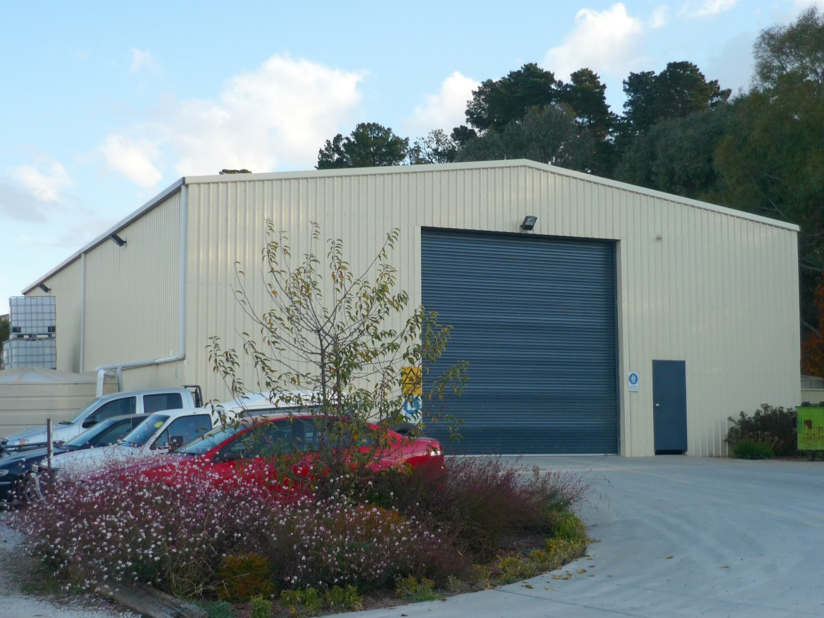 Commercial shed - Orange - Slanted view